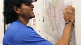 Ein Mitarbeiter von Dominos Pizza Schweiz schaut sich die Karte des Liefergebietes an