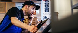 Ein Mitarbeiter von Dominos Pizza Schweiz nimmt eine telefonische Bestellung auf